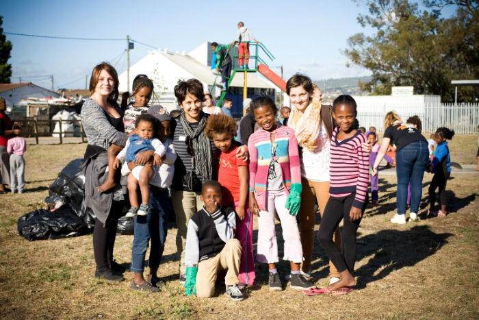Aaliya and some of the students from EC language school  using their time to volunteer at Kalkfontein