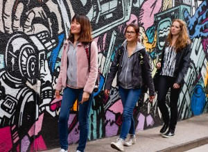 Learn English in England: Students on a graffiti walk