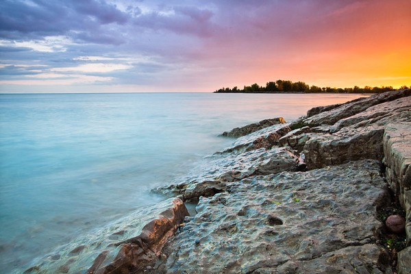 800px-Blue-pink-orange_sky_at_sunset,_Woodbine_Beach,_Toronto,_Canada