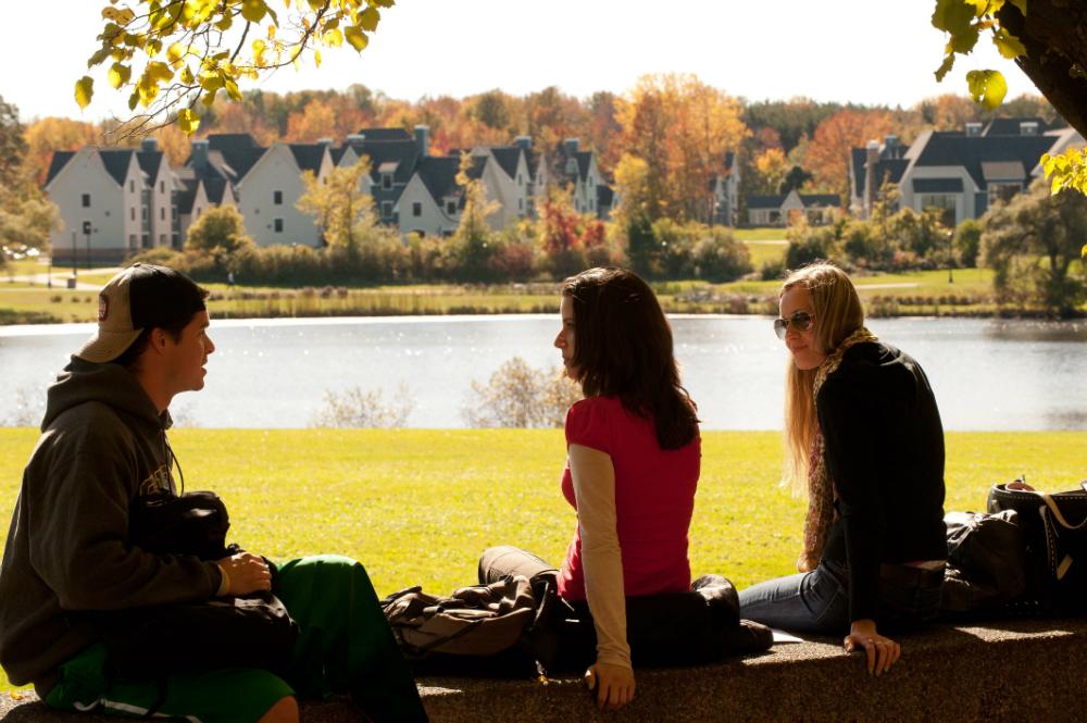 Étudiants sur le campus