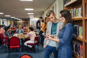 Studenti che stanno imparando l'inglese a Cambridge