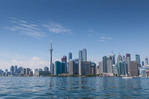 Toronto au bord du lac Ontario - la ville à la fois américaine et canadienne