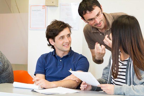 Étudier en groupe dans un environnement moderne pour optimiser vos chances d'obtenir votre certification