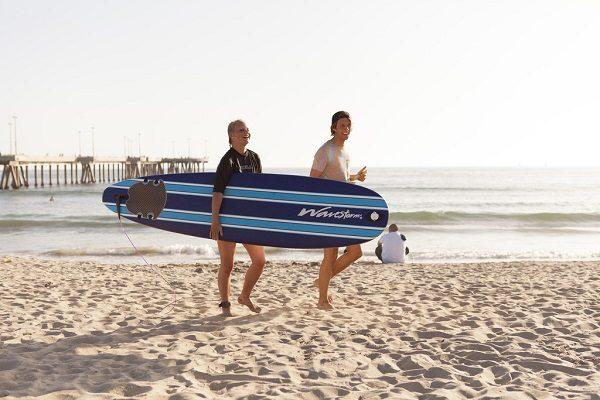 Amigos bañandose en las playas de Los Ángeles.