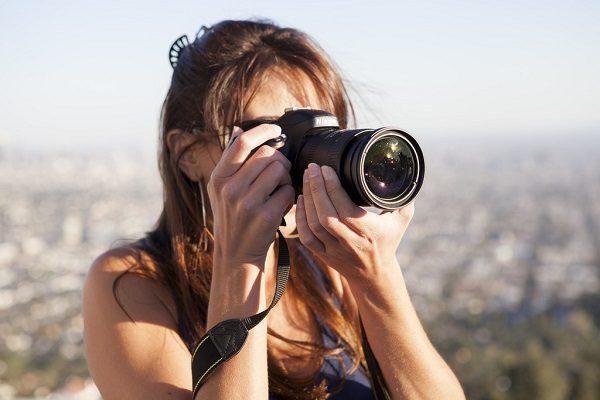 Estudiante sacando una foto de Los Ángeles.