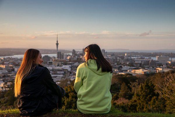 Estudiantes disfrutando de la naturaleza en Auckland