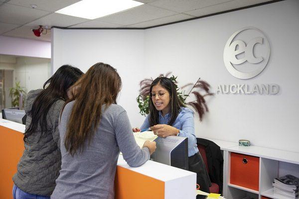 Estudiantes en el centro de bienvenida en EC Auckland