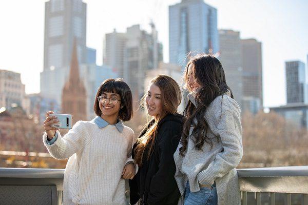 Amigas caminando por Melbourne