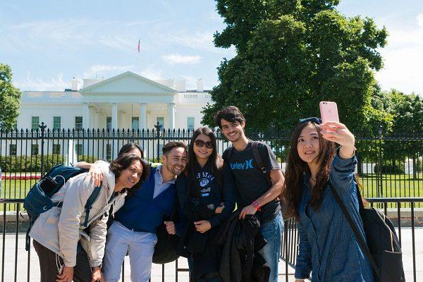 Amigos visitando la casa blanca en Washington