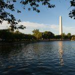 Vista del Monumento a Washington sobre el agua