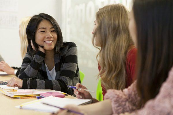 Amigas practicando para el TOEFL.