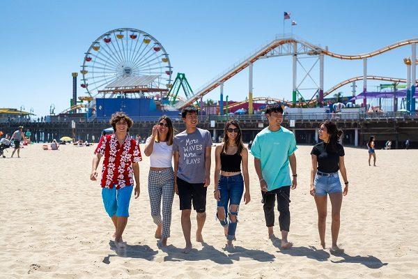 estudiantes caminado por los playas de los angeles