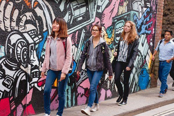 Estudiantes en las calles de Bristol