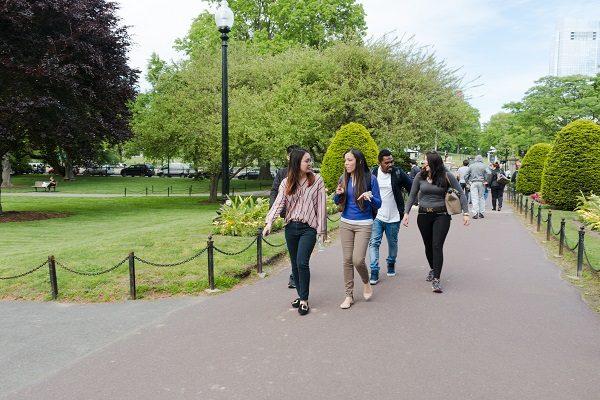 Estudantes em um parque de Boston
